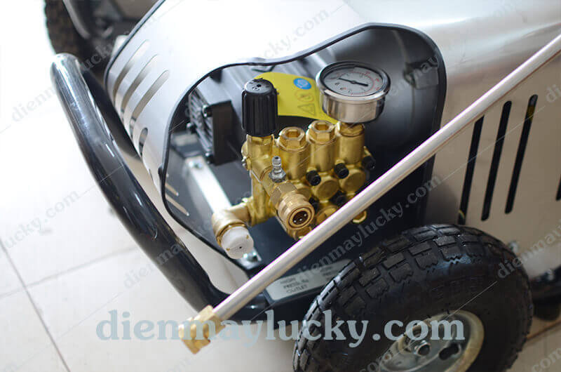 máy bơm cao áp rửa xe
